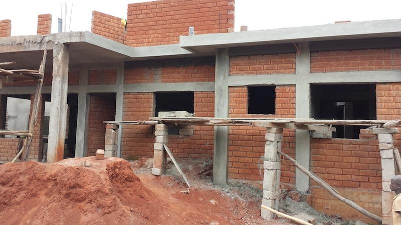 architecture africaine des murailles en terre aux murs en ciment par pierre boutin sma. Black Bedroom Furniture Sets. Home Design Ideas