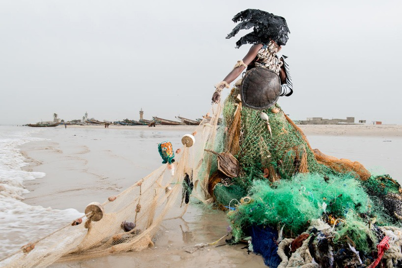 senegal-fabrice monteiro-montre -la-pollution-avec-des- vetements-a- ordures (6)