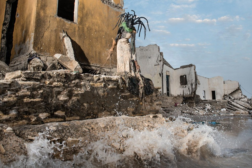 senegal-fabrice monteiro-montre -la-pollution-avec-des- vetements-a- ordures (7)