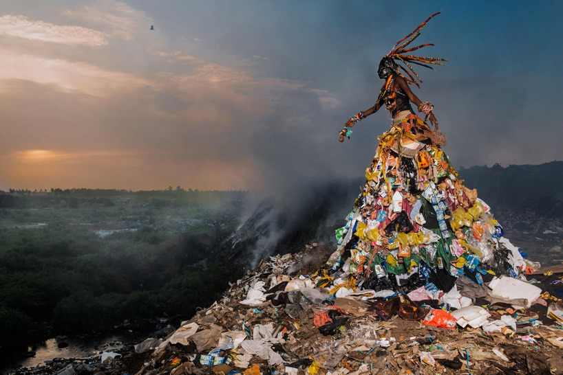senegal-fabrice monteiro-montre -la-pollution-avec-des- vetements-a- ordures (9)